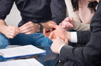 договор аренды на столе и юристы