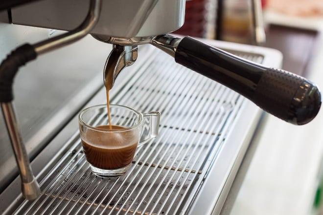 Приготовление кофе в рожковой кофеварке