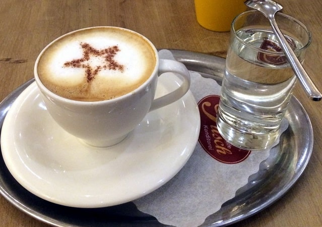 кофе и стакан воды