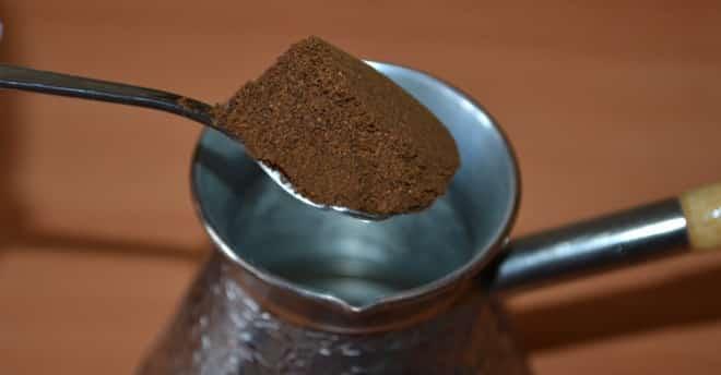 турка с молотым кофе